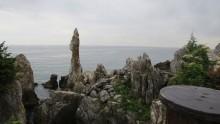 바닷가에 우뚝 솟은 촛대바위